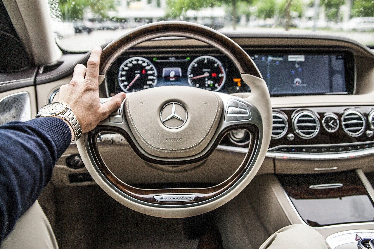 visão completa do painel, volante e demais itens de um veículo de luxo, incluindo a indicação do airbag.
