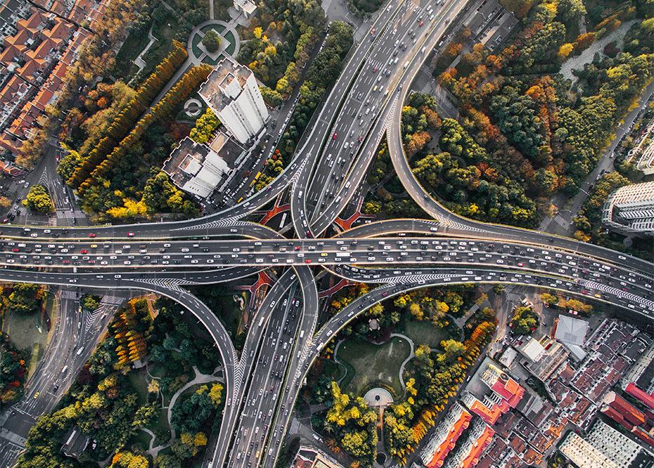 Imagem feita com um drone de uma via de circulação, mostrando que a engenharia de tráfego está presente de diversas formas.