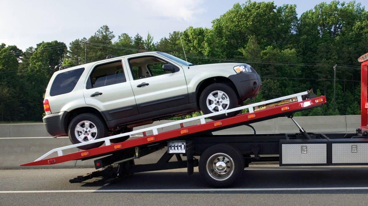 Veículo em cima do caminhão reboque sendo levado para a financeira.