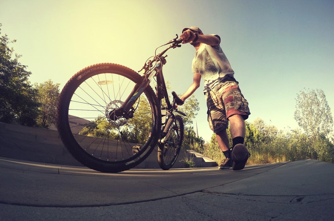 Mesmo de bicicleta, a engenharia de tráfego tem um papel fundamental. Com as vias devidamente sinalizadas e asfaltadas, o ciclista evita sofrer acidentes causados pela via.