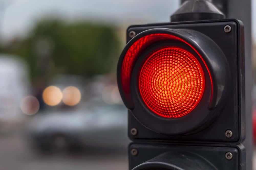Uma das multas frequentes é a de semáforo. Passar no amarelo já gera uma certa atenção, mas ainda existem motociclistas que insistem em passar no vermelho.