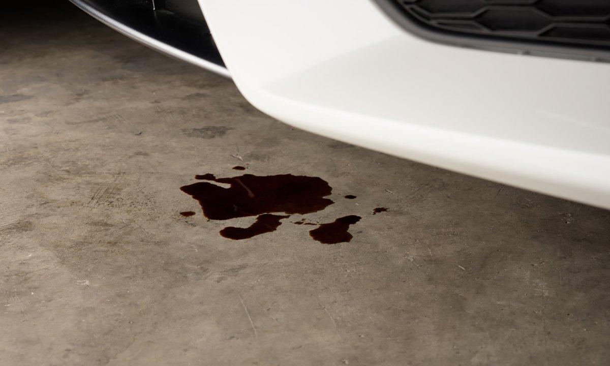 Vazamento de óleo no veículo por conta de algum problema no protetor de cárter.